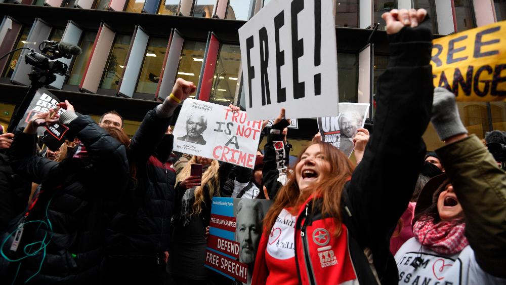 Lágrimas, abrazos y canciones por la libertad de Julian Assange - Foto de EFE