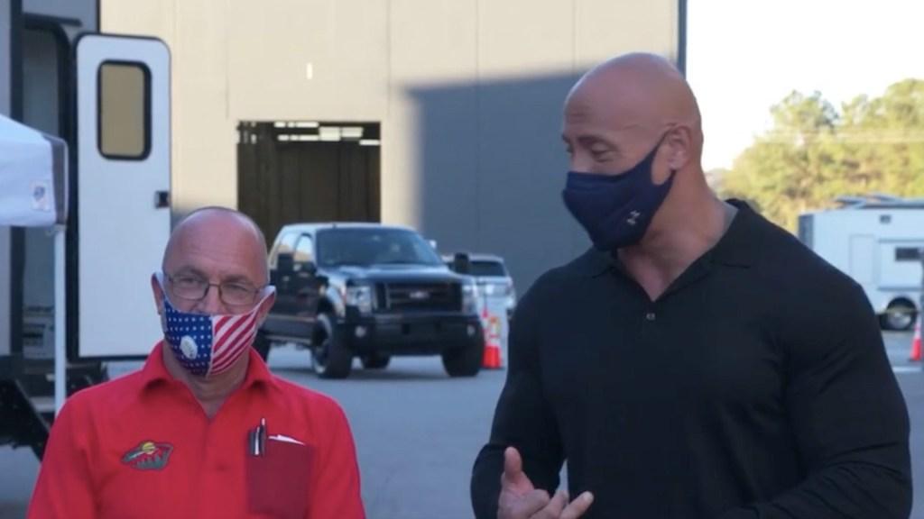 #Video 'The Rock' regala camioneta a uno de sus amigos que le dio refugio y le ayudó a comprar su primer auto - Captura de pantalla