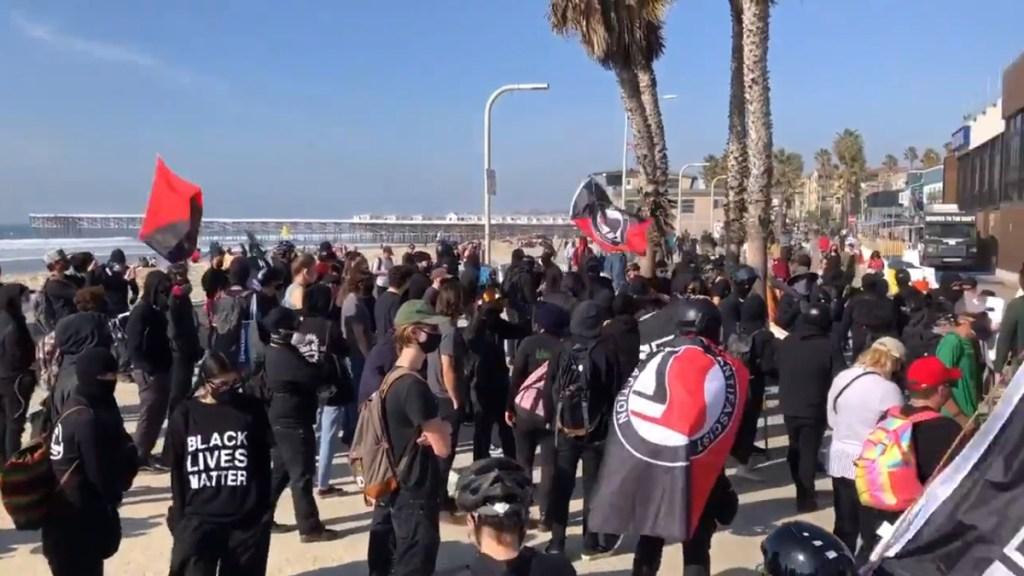 #Video Chocan simpatizantes y detractores de Trump en San Diego - Manifestación en Pacific Beach a favor y en contra de Trump. Captura de pantalla