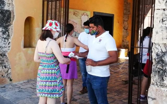 Turismo internacional en México cayó 45.6 por ciento interanual en noviembre - Medidas sanitarias para turistas en Campeche contra COVID-19. Foto de @SECTURCampeche