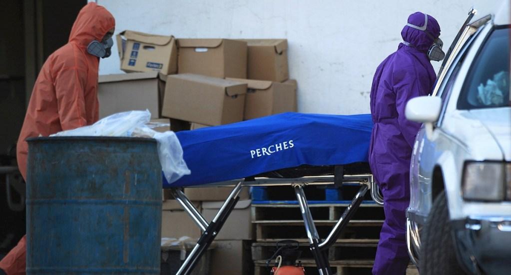 Casos globales de COVID-19 llegan a 95.3 millones, con 2.05 millones de muertes - Empleados funerarios recogen a una víctima de la COVID-19 en el Hospital General en Ciudad Juárez, Chihuahua. Foto de EFE/Luis Torres