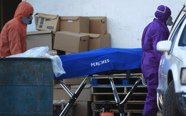 México registró en las últimas 24 horas 11 mil 170 nuevos casos y 463 muertes por COVID-19 - Empleados funerarios recogen a una víctima de la COVID-19, hoy en el Hospital General en Ciudad Juárez, en el estado de Chihuahua (México). Foto de EFE/Luis Torres