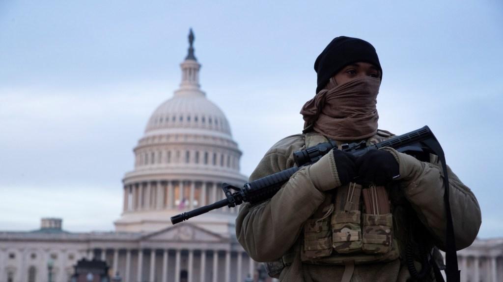 EE.UU. emite alerta por la posibilidad de violencia terrorista dentro del país - Miembro de la Guardia Nacional en resguardo de Washington DC previo a investidura de Joe Biden. Foto de EFE