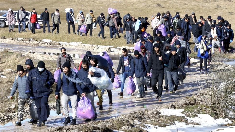 Bosnia aloja a migrantes abandonados en mitad de la nieve - Migrantes indocumentados en Bosnia. Foto de EFE