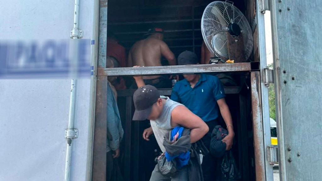 Migración y Guardia Nacional rescatan en Veracruz a 128 migrantes que viajaban hacinados en tráiler - Foto de EFE/INM/SOLO USO EDITORIAL.