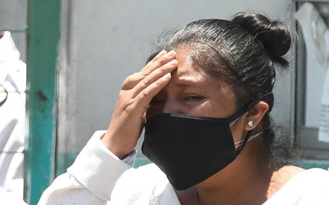 Estado emocional negativo puede aumentar riesgo de infección de COVID-19 - Mujer en mal estado emocional afuera de hospital COVID en la Ciudad de México. Foto de EFE