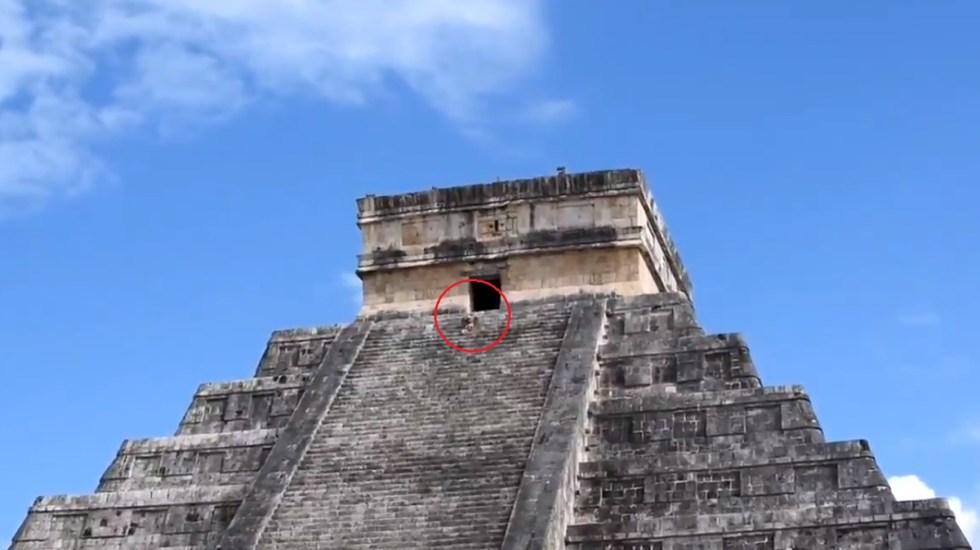 #Video Mujer sube pirámide de Kukulkán para esparcir cenizas de su esposo - Mujer sube pirámide de Kukulkán. Captura de pantalla