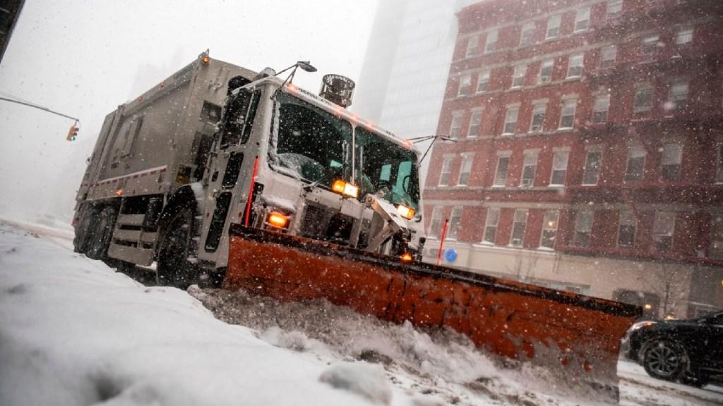 Nueva York suspende clases y vacunación contra COVID-19 ante llegada de una gran nevada - Nueva York suspende clases en escuelas y vacunación de COVID-19 ante llegada de una gran nevada. Foto Twitter @NYCMayor
