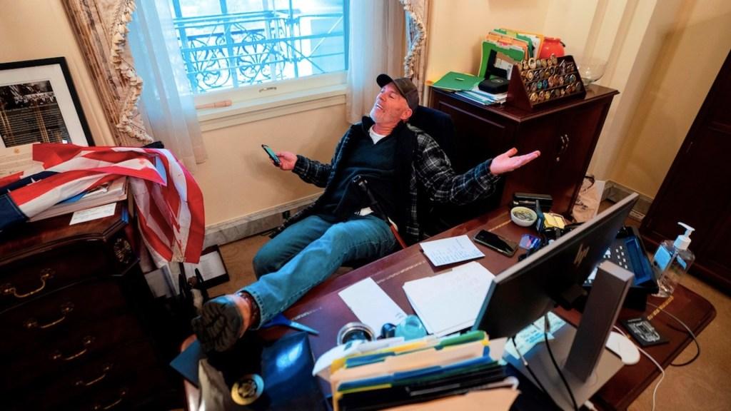 El Congreso de EE.UU., dividido sobre investigar el asalto al Capitolio - Toma de oficina de Nancy Pelosi durante el asalto al Capitolio por parte de simpatizantes de Trump. Foto de EFE / Archivo
