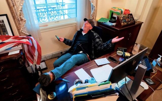 Detienen a Richard Barnett, hombre que entró a la oficina de Nancy Pelosi durante toma del Capitolio - Foto de EFE