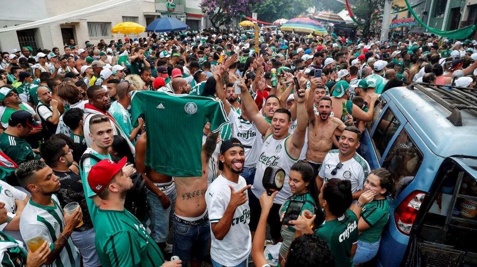 'Hincha' de Corinthians muere en enfrentamiento con seguidores de Palmeiras - Seguidores del Palmeiras se reúnen hoy cerca del estadio Allianz Parque en Sao Paulo (Brasil), durante el partido de la final de la Copa Libertadores entre Palmeiras y Santos, que se juega en el estadio Maracaná de Río de Janeiro. Foto de EFE/ Sebastiao Moreira.