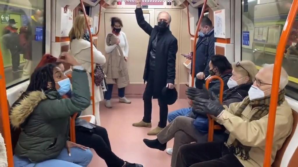 #Video Anciano y joven protagonizan pelea en Metro de Madrid por uso de cubrebocas - Pelea entre anciano y joven por uso correcto de cubrebocas. Captura de pantalla