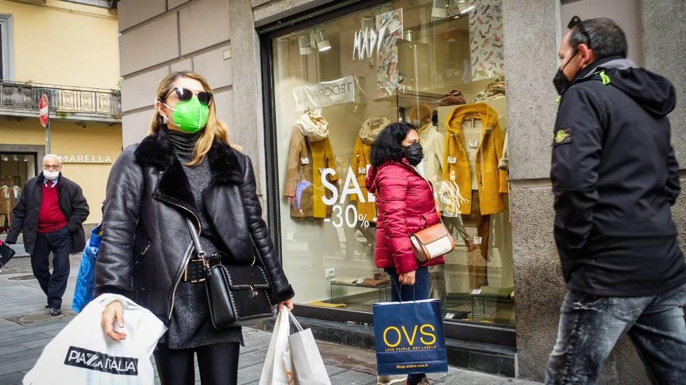El mundo supera los 90 millones de casos de COVID-19 - Personas de compras en Italia durante pandemia de COVID-19. Foto de EFE