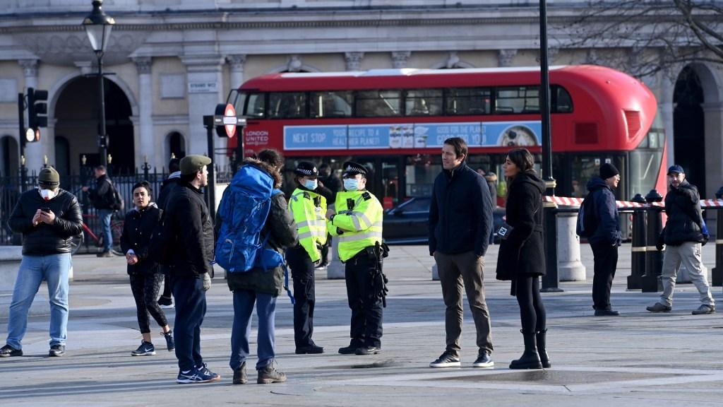 Detecta Reino Unido 77 casos de variante sudafricana de COVID-19 - Policías exhortan a transeúntes en Reino Unido a respetar confinamiento nacional por COVID-19. Foto de EFE