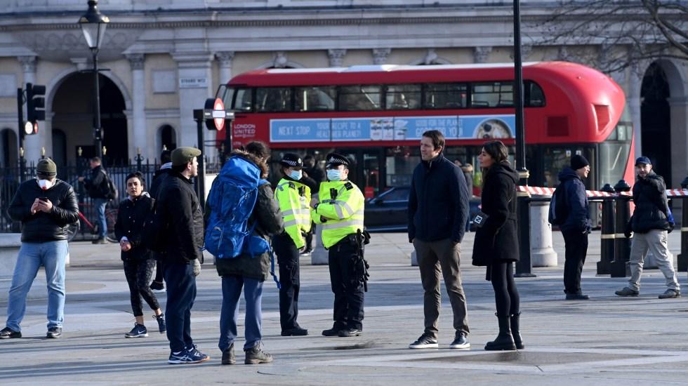 Reino Unido frena el avance de la tercera ola de COVID-19, con 621 muertes en 24 horas - Policías exhortan a transeúntes en Reino Unido a respetar confinamiento nacional por COVID-19. Foto de EFE