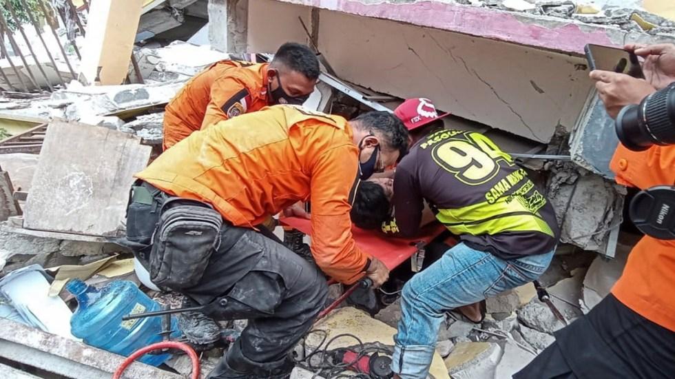 Sismo magnitud 6.2 en Indonesia deja 34 muertos y más de 600 heridos - Rescate de persona en Indonesia tras sismo de magnitud 6.2. Foto de EFE