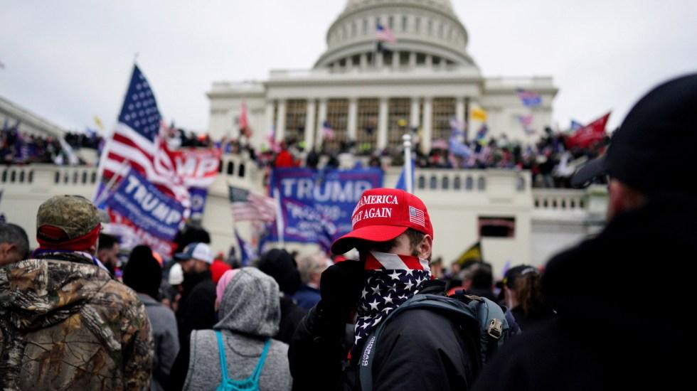 Sospechosos de asalto al Capitolio de EE.UU. podrían enfrentar cargos de sedición - Seguidores de Trump durante toma del Capitolio. Foto de EFE