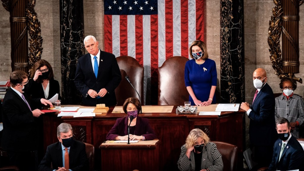 Legisladores estadounidenses piden aplicar la Enmienda 25 de la Constitución para destituir a Trump - Foto de EFE