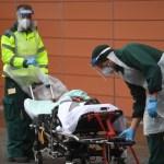 Las muertes mundiales por coronavirus alcanzan los 2 millones - Traslado hospitalario de paciente con COVID-19 en Reino Unido. Foto de EFE