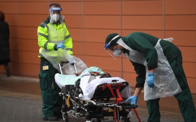 Reino Unido recurre a morgues de emergencia ante incremento de muertes por COVID-19 - Traslado hospitalario de paciente con COVID-19 en Reino Unido. Foto de EFE