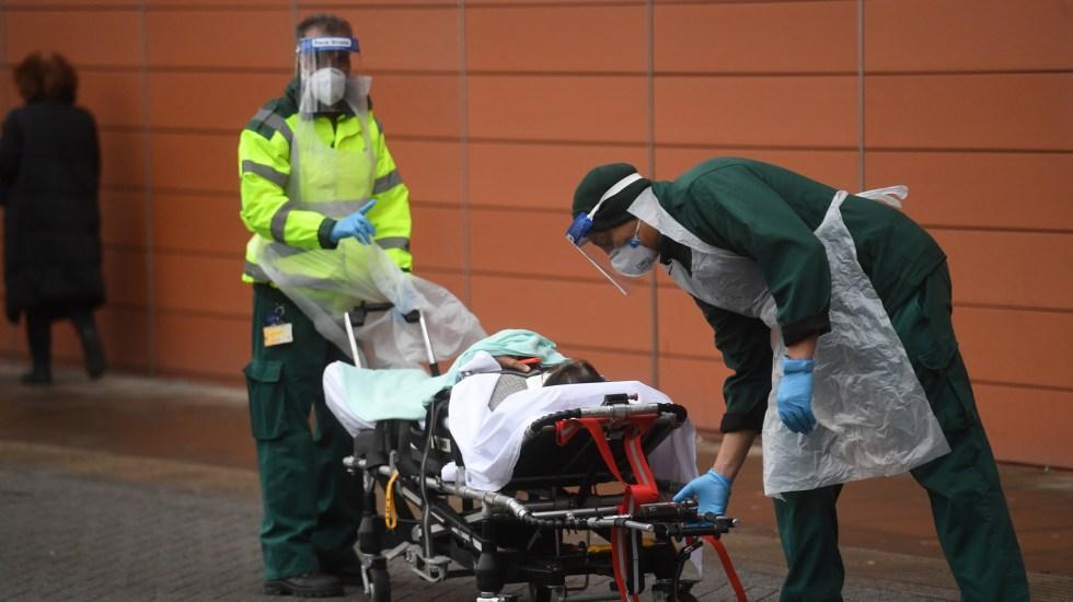 Errores de Reino Unido al inicio de la pandemia costaron más muertes de las debidas - Traslado hospitalario de paciente con COVID-19 en Reino Unido. Foto de EFE