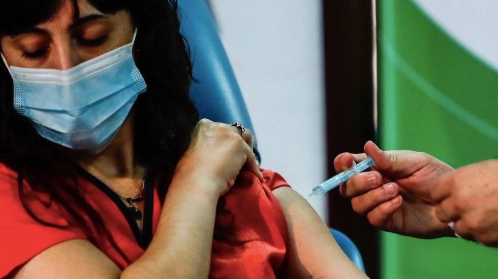 Argentina reportó 317 casos adversos entre personas vacunadas con la Sputnik V - Foto de EFE