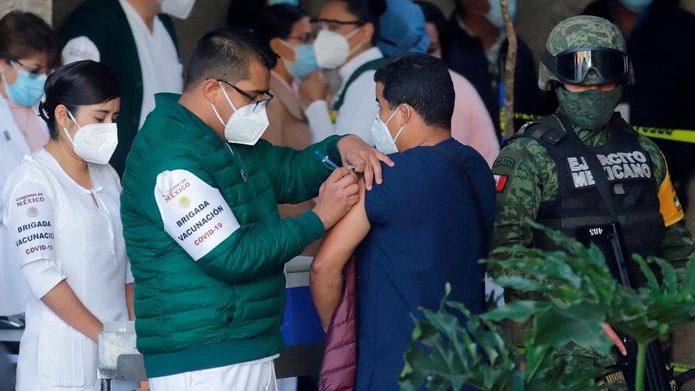 Cerca del 70 por ciento de la población en México aceptaría recibir la vacuna contra el COVID-19 - Foto de EFE