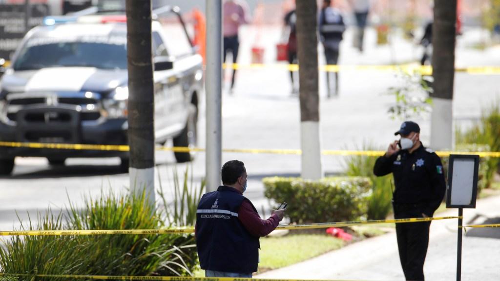 Fiscalía de Jalisco confirma un muerto y tres lesionados tras ataque en Zapopan; investigan presunto secuestro - Acordonamiento de zona de balacera en Zapopan, Jalisco. Foto de EFE