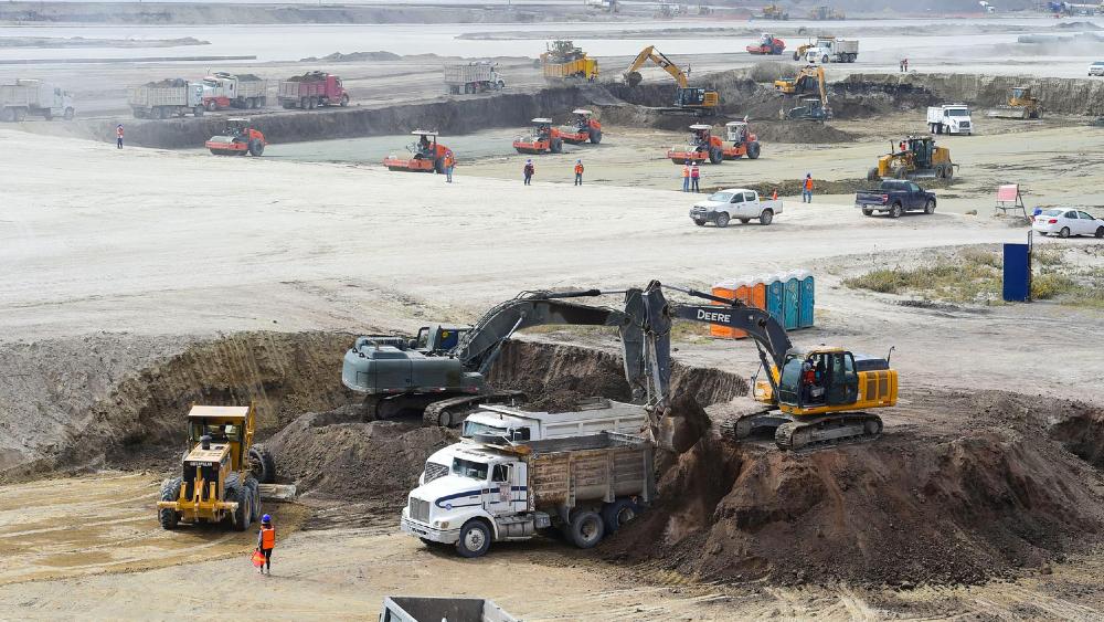 """Mantiene Ejército compromiso de construir a tiempo el Aeropuerto de Santa Lucía; """"el 50% del esfuerzo está concluido"""": General Vallejo - Foto de Gobierno de México"""