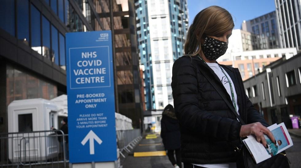 Reino Unido prevé concluir vacunación de mayores de 50 años para mayo - Anuncio de centro de vacunación contra COVID-19 en Reino Unido. Foto de EFE