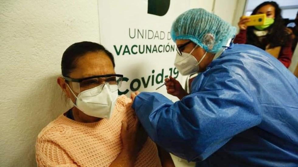 Se aplicaron 30 mil 332 vacunas contra COVID-19 a adultos mayores en la Ciudad de México - Aplicación de vacuna contra COVID-19 en CDMX. Foto de @GobCDMX