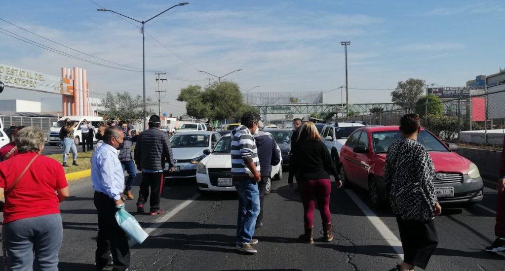 Bloqueo y conatos de violencia en Avenida Central, en Ecatepec, por falta de vacunas contra COVID-19 - Foto: @reporterofrank.
