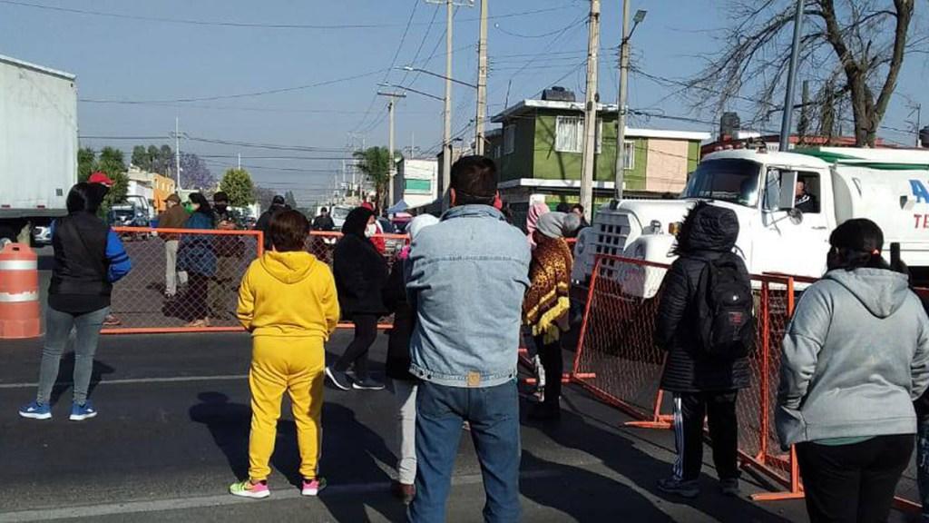 Bloquean Av. Central en Ecatepec por suspensión de apertura de centros de vacunación contra COVID-19 - Bloqueo de Av. Central en Ecatepec. Foto de @CI_CDMX