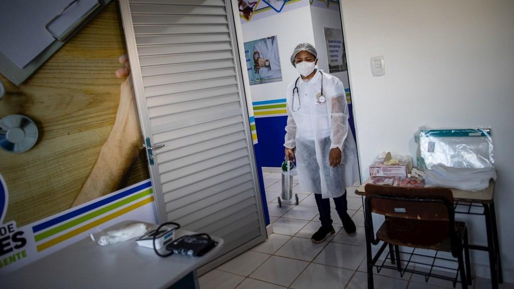 Bolsonaro minimiza crisis sanitaria por COVID-19 mientras medio Brasil está por colapsar - Atención al coronavirus COVID-19 en Brasil. Foto de EFE/Raphael Alves/Archivo.