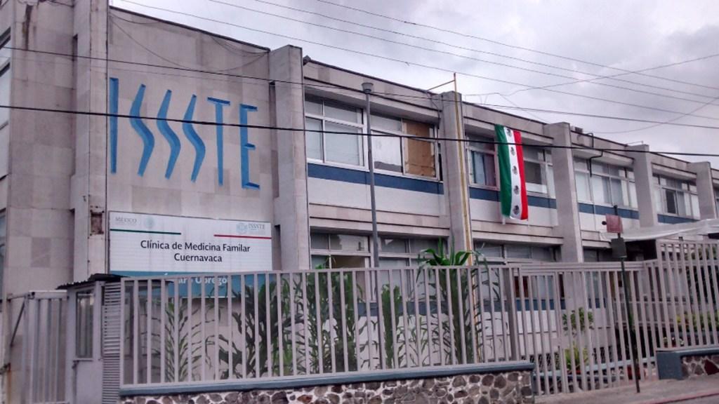 Vinculan a proceso en Morelos a pareja que robó vacunas contra COVID-19 - CMF 1 del ISSSTE en Cuernavaca, Morelos. Foto de Google Maps
