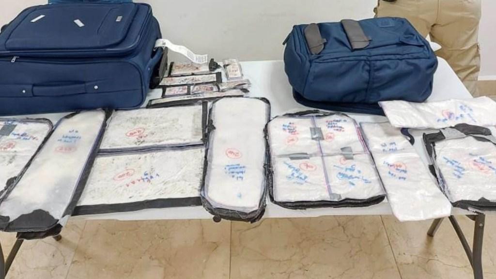 Detienen a dos colombianos con 35 paquetes con cocaína en el aeropuerto de Cancún - Foto de Guardia Nacional