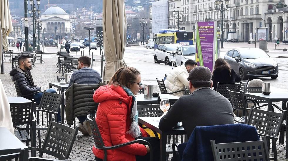 Italia supera las 90 mil muertes por COVID-19 - Comensales en bar al aire libre en Italia. Foto de EFE