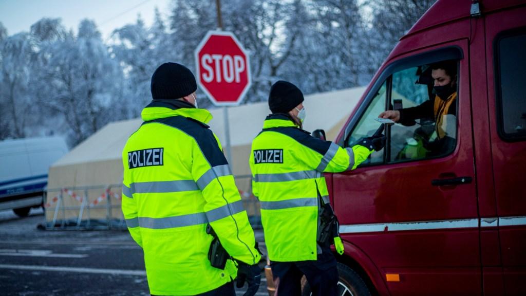 Restringe Alemania sus fronteras para evitar variantes de COVID-19 - Control fronterizo en Alemania. Foto de EFE