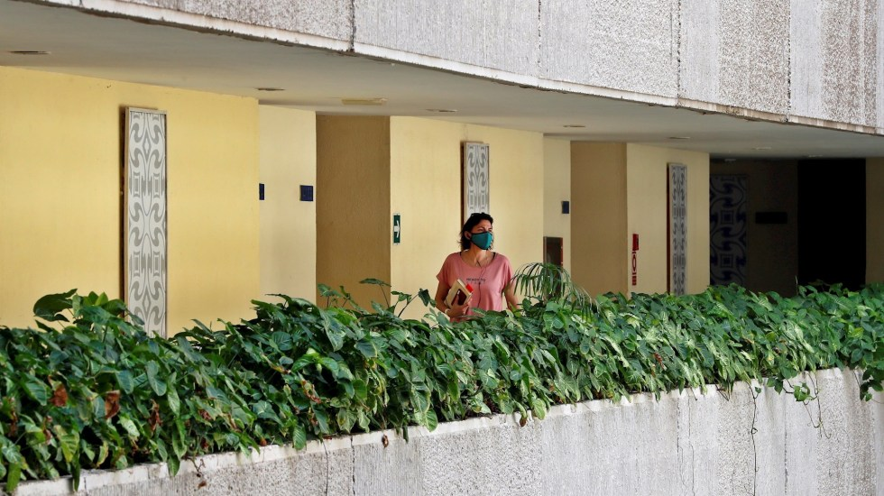 """""""Paquetes de confinamiento"""": la opción para viajar a Cuba en medio de la pandemia - Una turista hospedada en un hotel camina por unos de los pasillos del lugar el 11 de febrero de 2021, en La Habana (Cuba). Foto de EFE/Ernesto Mastrascusa"""