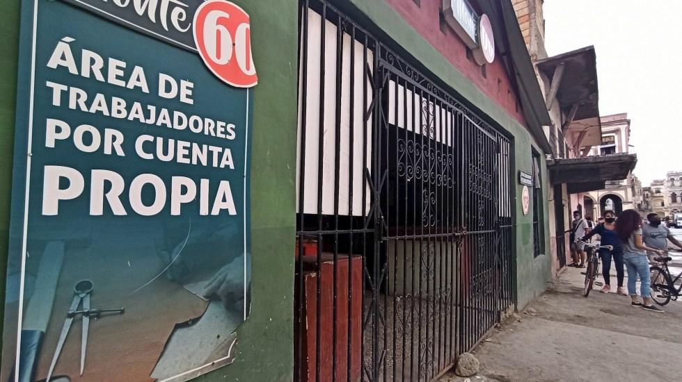 Cuba 'desata' al sector privado eliminando lista de empleos permitidos - Varias personas conversan afuera de local cerrado, en La Habana, Cuba. Foto de EFE Ernesto Mastrascusa.