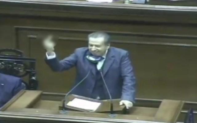 """#Video """"Si te lo meto hasta adentro…"""", diputado hace seña obscena para argumentar contra el aborto - Dedo medio grosería diputadoo aguascalientes"""