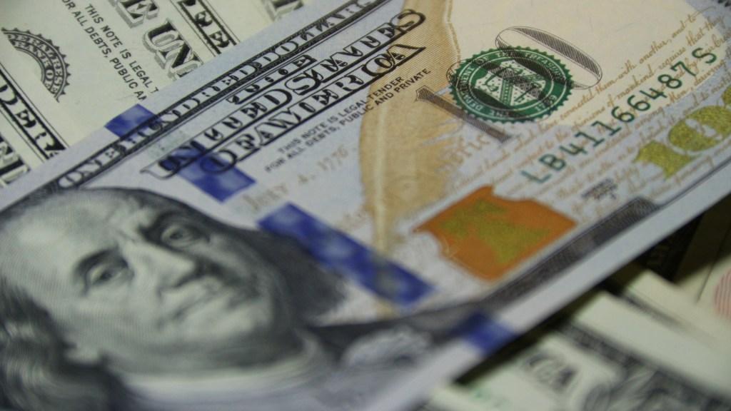 Indemnización millonaria a miles de migrantes detenidos ilegalmente en EE.UU. - dólares remesas dólar