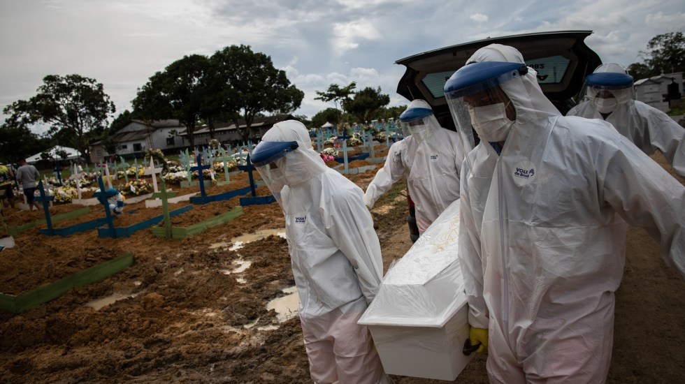 Brasil suma más de 51 mil casos y mil 350 muertes por COVID-19 en 24 horas - Trabajadores entierran a una persona muerta por COVID-19, en el cementerio público Nossa Senhora Aparecida en Manaos, Amazonas (Brasil). Foto de EFE