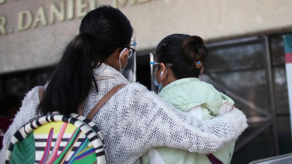 Iglesia católica pide hacer a un lado el egoísmo ante el COVID-19 - Familiares de pacientes con COVID-19 afuera de hospital en México. Foto de EFE