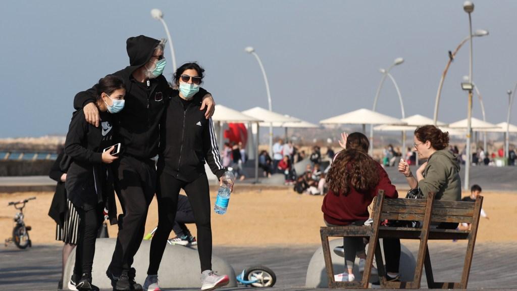 Israel reimpone uso obligatorio de cubrebocas por variante Delta - Familias disfrutan del relajamiento de medidas contra COVID-19 en Israel. Foto de EFE