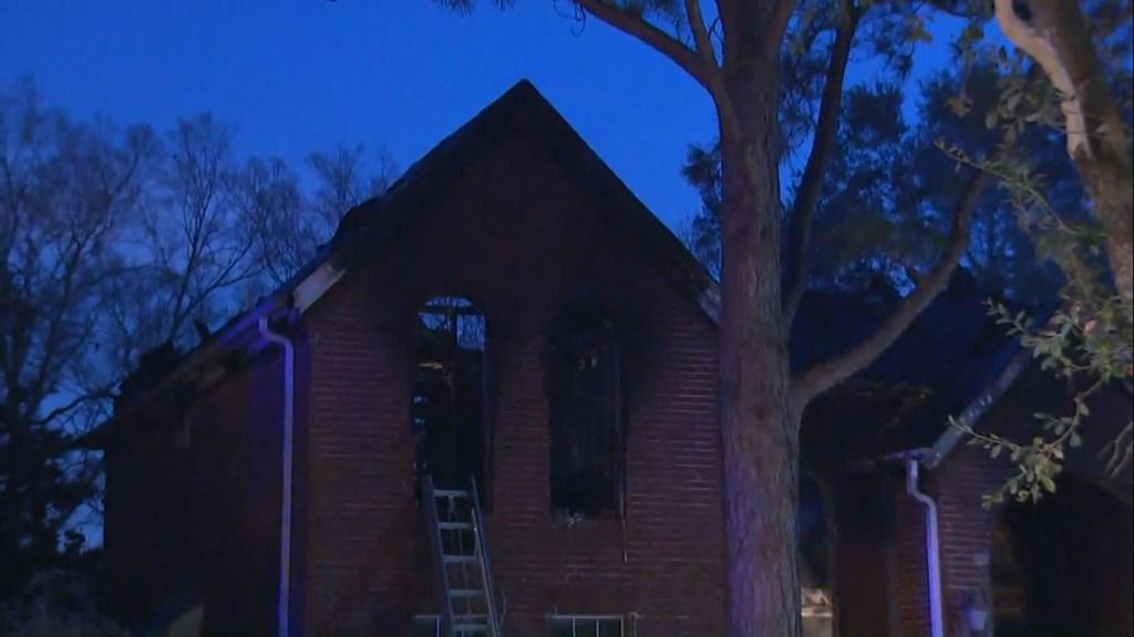 Apagón en Texas deja seis muertos; víctimas intentaban mantenerse calientes durante la noche - Incendio de casa en Texas. Foto de KHOU-11