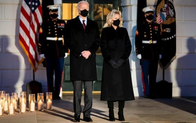 Joe Biden homenajea al medio millón de muertos en EE.UU. por COVID-19 - Homenaje Joe Biden al medio millón de víctimas en Estados Unidos por COVID-19. Foto de EFE/EPA/JIM LO SCALZO