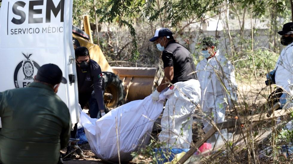 Suman 74 mil 400 homicidios dolosos en lo que va del sexenio de AMLO - Levantamiento de cuerpo hallado en fosa clandestina en Sinaloa. Foto de EFE