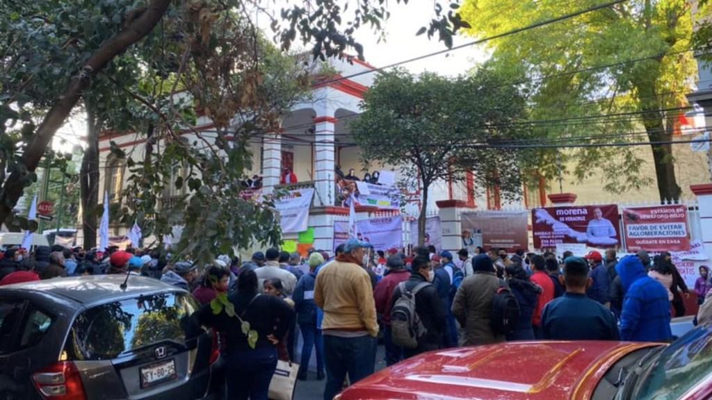 Militantes de Morena protestan en sede nacional contra imposición de candidatos en Veracruz - Foto de Urbis Veracruz