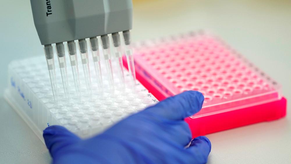Reino Unido autoriza infectar a personas sanas para probar fármacos anticovid - Foto de EFE